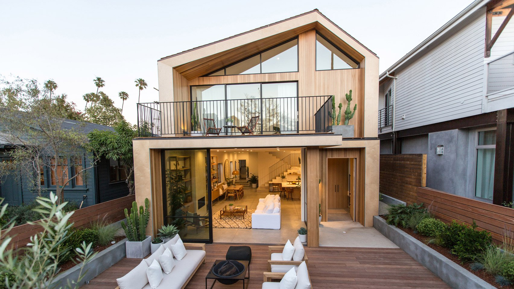 Venice beach house by electric bowery features askew for Beach house design features